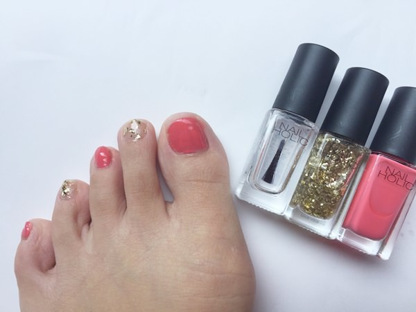 手の指だと目立つので少し躊躇するけど、「赤っぽいのネイルを楽しみたい」という人は、足の指に塗ってみるのはいかがでしょうか?
