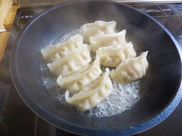 すぐにフタをして蒸し焼きにすします。すると餃子からみるみる水が出てきました