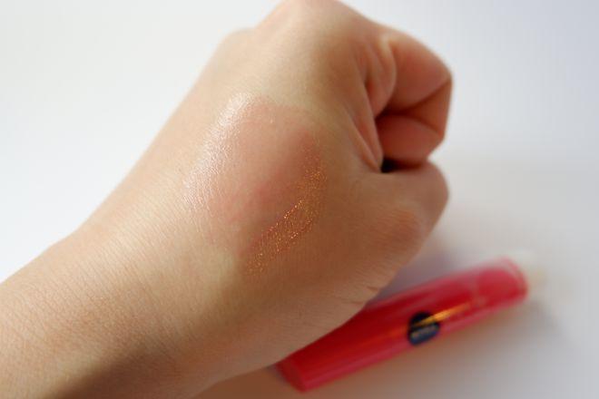ニベアナチュラルカラーを手の甲に塗布