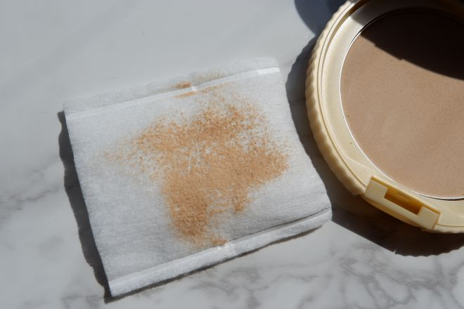 マットベージュの色味をコットンで確認