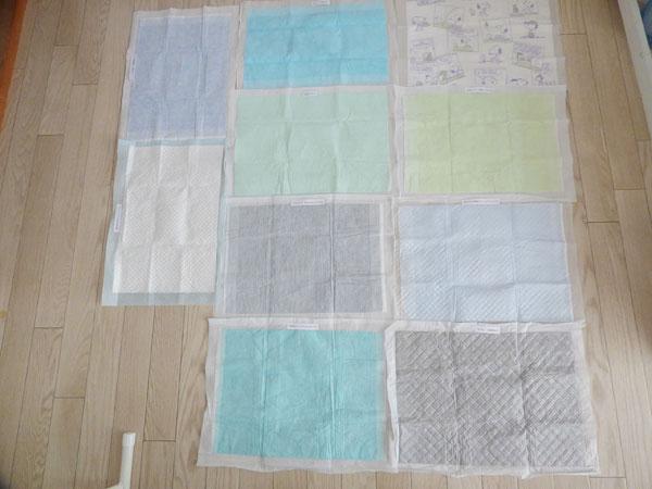 比較するペットシーツを床に並べたところ