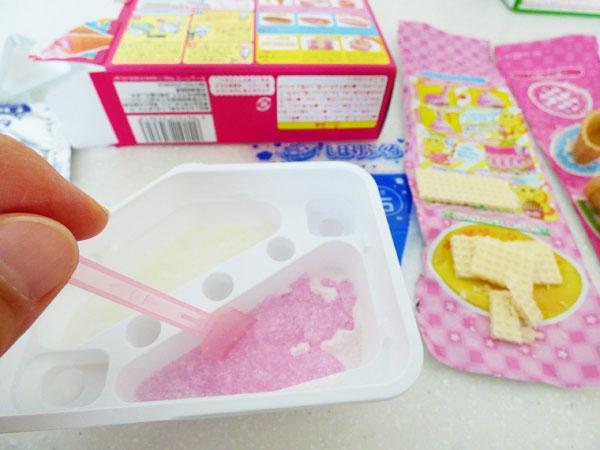粉に水を加えクリーム状になるまで混ぜます