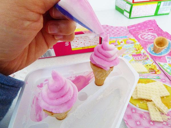 コーンにクリームを入れます