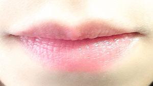 ニベアリップ リッチ ケア&カラー フレンチピンクを唇に塗った写真